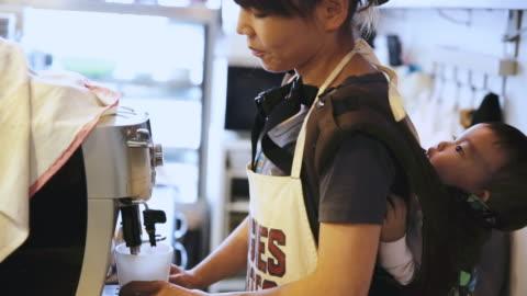 mamma med barn som jobbar på café - upptagen bildbanksvideor och videomaterial från bakom kulisserna