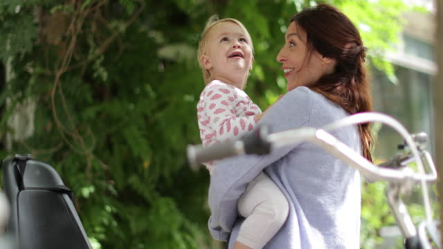 stockvideo's en b-roll-footage met mother with child looking up at the sky - carrying