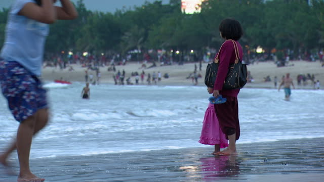 ws mother with daughter at beach / bali, indonesia - stare in piedi video stock e b–roll