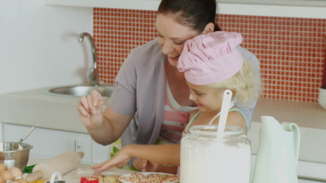 vídeos de stock, filmes e b-roll de ms mother with daughter (6-7) cooking in kitchen / cape town, south africa - rolo de pastel
