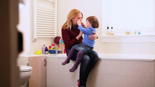 vídeos y material grabado en eventos de stock de mother with daughter in bathroom - en el regazo