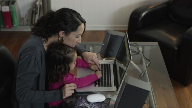 vidéos et rushes de ms mother with daughter (2-3) using laptop at home / orem, utah, usa - orem
