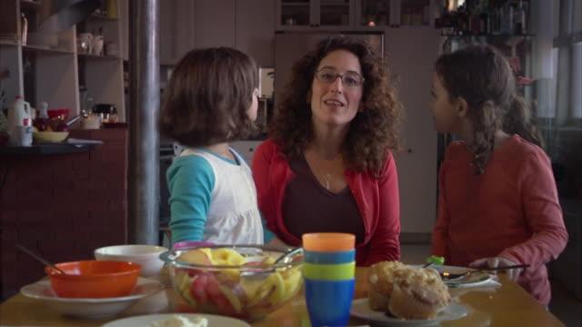 vídeos y material grabado en eventos de stock de ms pan zo mother with daughters (6-9) in kitchen / jersey city, new jersey, usa - madre soltera
