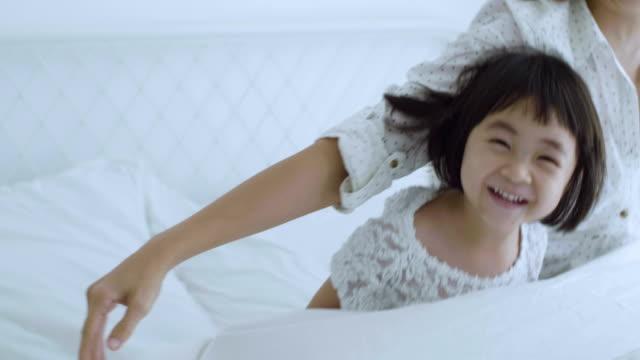 mutter mit mädchen spielerisch auf bett - schlafanzug stock-videos und b-roll-filmmaterial