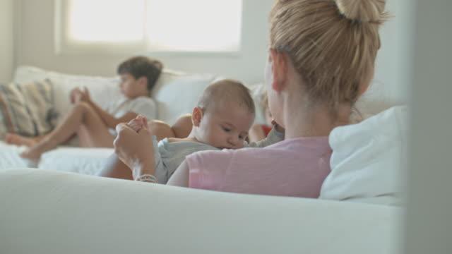vídeos y material grabado en eventos de stock de mother with her baby - en el regazo