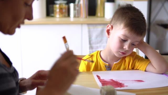 vídeos de stock, filmes e b-roll de mãe com seu pequeno artista - pincel