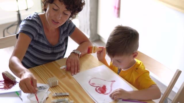 vídeos y material grabado en eventos de stock de madre con su pequeño artista - son