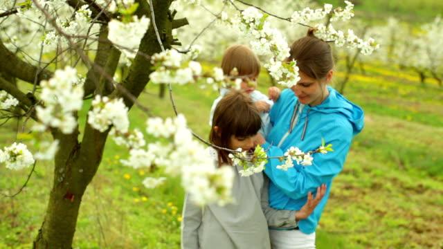 vidéos et rushes de mère avec son fils et sa fille - son