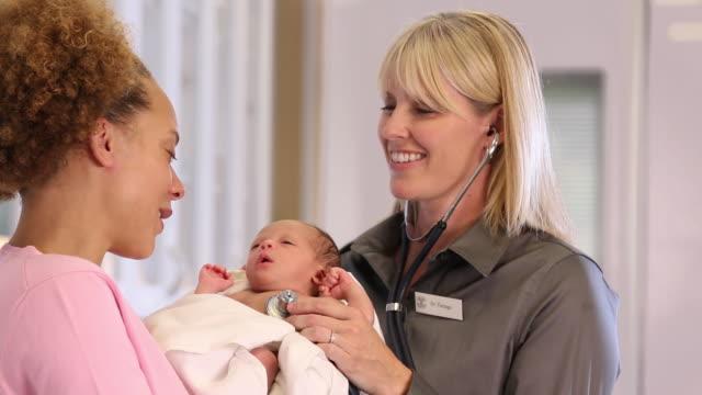 vídeos de stock, filmes e b-roll de ms mother with newborn baby at doctor's office checkup / richmond, virginia, usa - pediatra