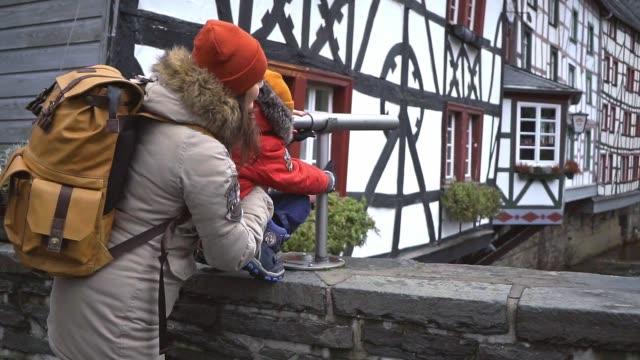 mutter mit sohn blick auf alte stadt monschau in deutschland durch teleskop - idyllic stock-videos und b-roll-filmmaterial