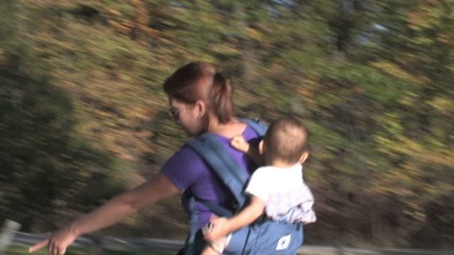 vídeos de stock e filmes b-roll de mãe com filho andar-hd 1080/30f - família com um filho