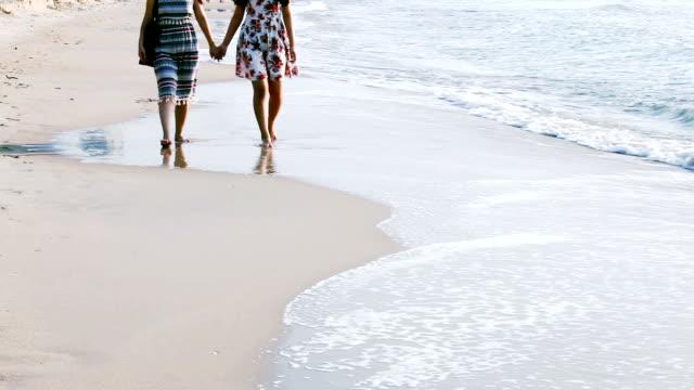 vídeos y material grabado en eventos de stock de madre con hija adolescente caminando por la playa. - mckyartstudio