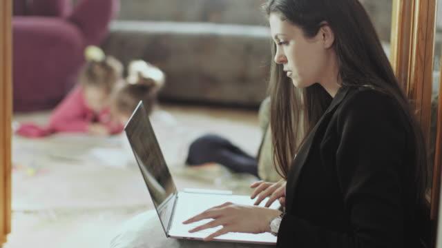 vidéos et rushes de mother working from home stock vidéo - intérieur de maison