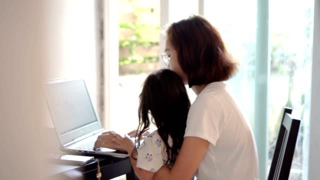 mamma arbetar hemifrån med laptop - ung familj bildbanksvideor och videomaterial från bakom kulisserna