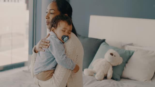 vídeos de stock, filmes e b-roll de a maternidade é uma história de amor sem fim - bebês meninos