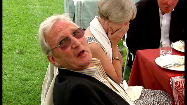 mother-in-law's email attack on daughter-in-law goes viral; england: oxfordshire: henley: ext various views of spectators at henley regatta, some in... - 義母点の映像素材/bロール