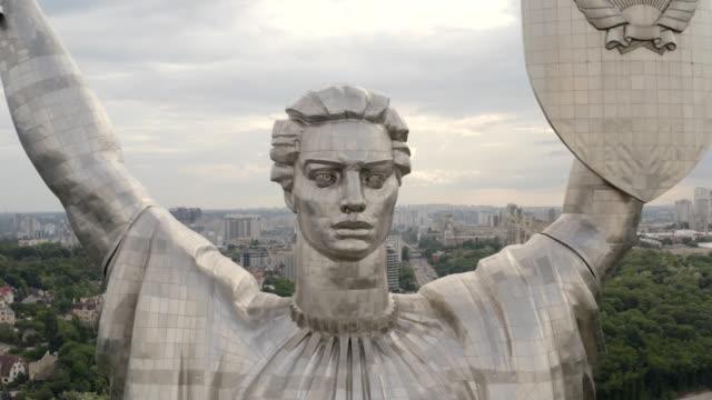 vídeos de stock e filmes b-roll de motherland memorial on background of kiev cityscape - ucrânia