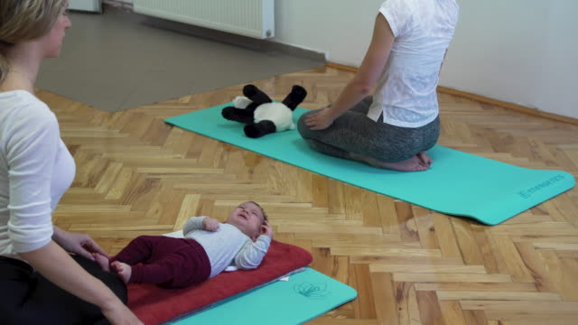 mothers and babies on exercise class with a instructor - 12 23 months stock videos & royalty-free footage