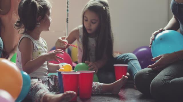 Mütter und Töchter gemeinsam Spaß zu haben, die zu Hause