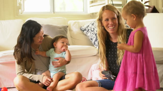 vidéos et rushes de mothers and their babies playing together at home. - prendre sur les genoux