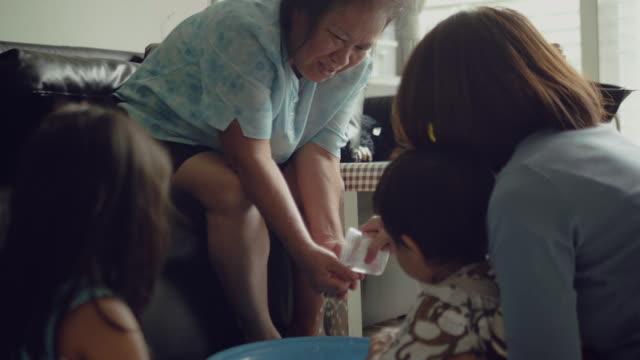 vídeos de stock e filmes b-roll de mother's day with thai culture - benção