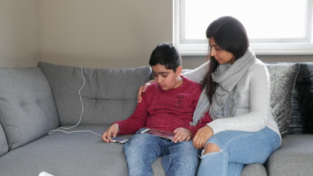 vidéos et rushes de la main d'aide d'une mère - affectueux