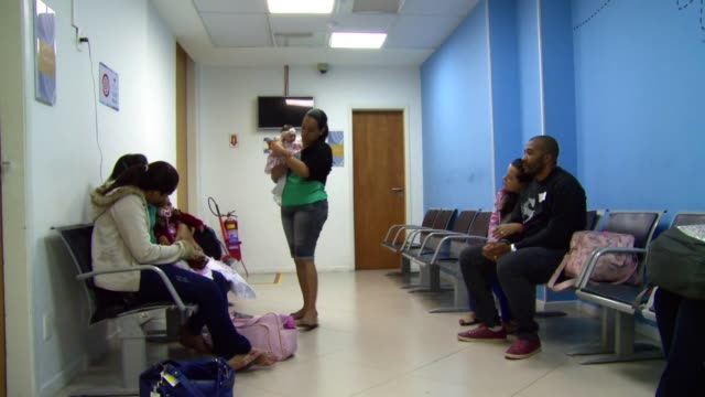 vidéos et rushes de mothers of children born with microcephaly come to the brazil's state brain institute for medical check-ups in rio de janeiro, brazil on september... - virus zika