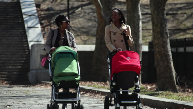 stockvideo's en b-roll-footage met ms pan mothers strollers in urban park / brooklyn,new york,united states - twee personen