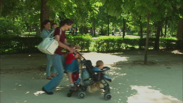 vídeos y material grabado en eventos de stock de ws mothers with babies walking in , madrid, spain - cochecito de bebé