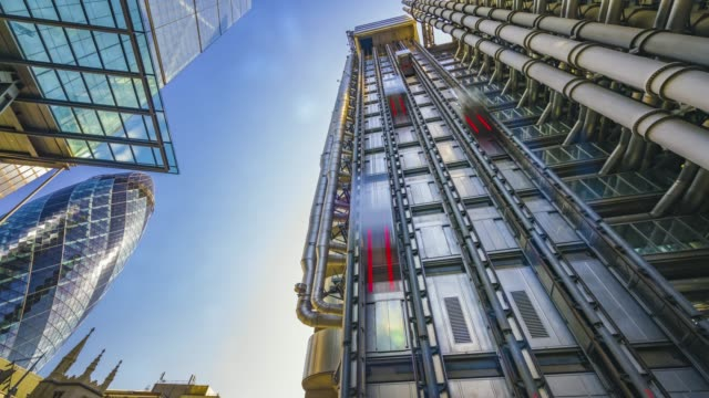 motion controlled time-lapse of the lifts moving along the lloyd's of london and the sun rising over the gherkin and the leadenhall building in the city of london. - 塔 個影片檔及 b 捲影像