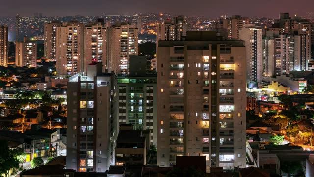 4k bewegung von menschen in wohngebäuden, in der dämmerung, bis in die nacht. sao paulo brasilien - fensterrahmen stock-videos und b-roll-filmmaterial
