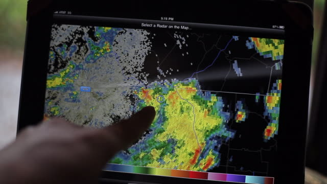 vídeos de stock, filmes e b-roll de motion of weather radar on digital tablet - clima