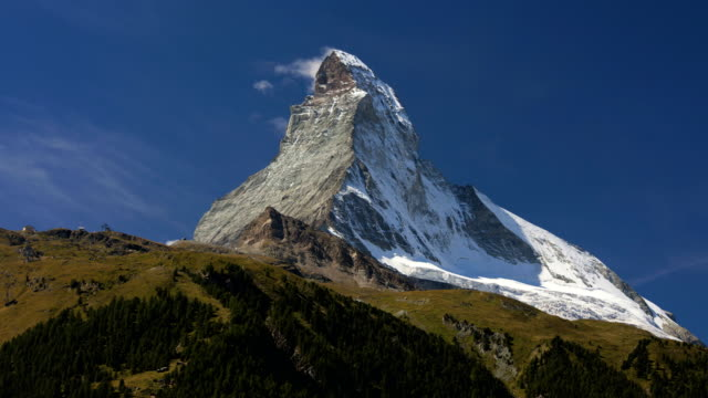motion time lapse banner cloud forming matterhorn zermatt - felswand stock-videos und b-roll-filmmaterial