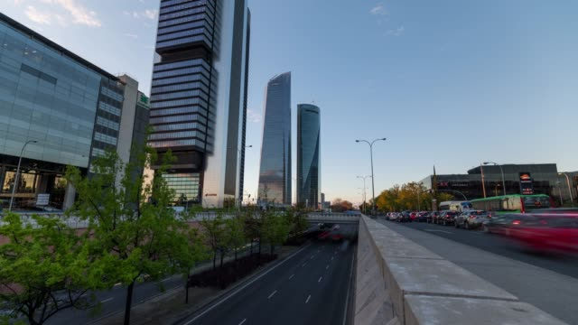 vídeos y material grabado en eventos de stock de motion time-lapse at sunset of the four towers from below in madrid - torre estructura de edificio