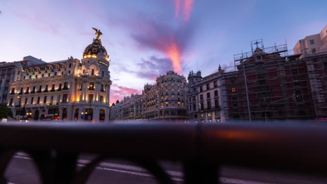 vídeos y material grabado en eventos de stock de motion timelapse at sunset of the iconic metropolis building in madrid - exposición larga