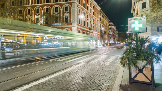 motion timelapse (hyperlapse) of night roman street with car traffic. rome, italy. april, 2016. - ラツィオ州点の映像素材/bロール