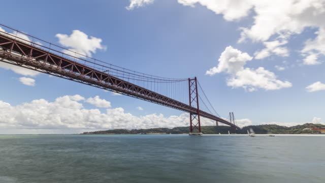 motion timelapse (hyperlapse) of the 25th of april bridge. lisbon, portugal. april, 2017 - 4月25日橋点の映像素材/bロール
