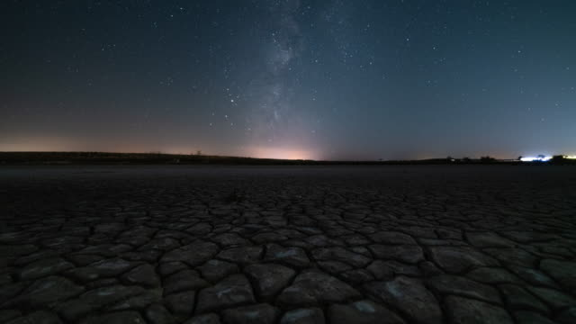 vídeos de stock e filmes b-roll de motion timelapse of the milky way in salted lagoon in spain - via láctea