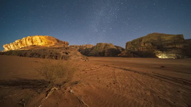 4k motion timelapse wadirum desert under the milky way, jordan - ヨルダン点の映像素材/bロール