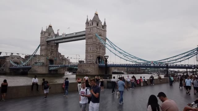 motion-lapse: tower bridge in london england uk - tower of london stock videos & royalty-free footage