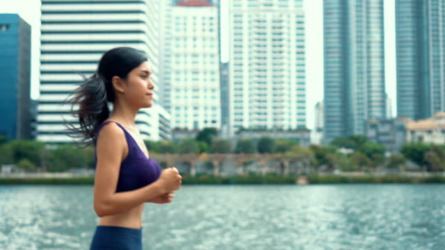 vídeos de stock e filmes b-roll de hd slow motion:woman running on a park - plano geral