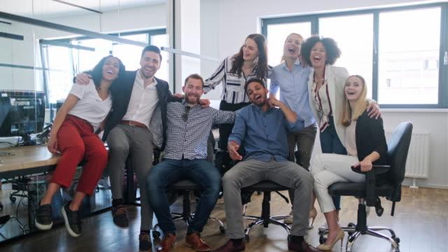 vidéos et rushes de portrait d'hommes d'affaires motivés au bureau - être debout