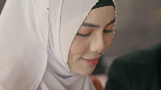 vidéos et rushes de motivé: femme musulmane - vêtement religieux