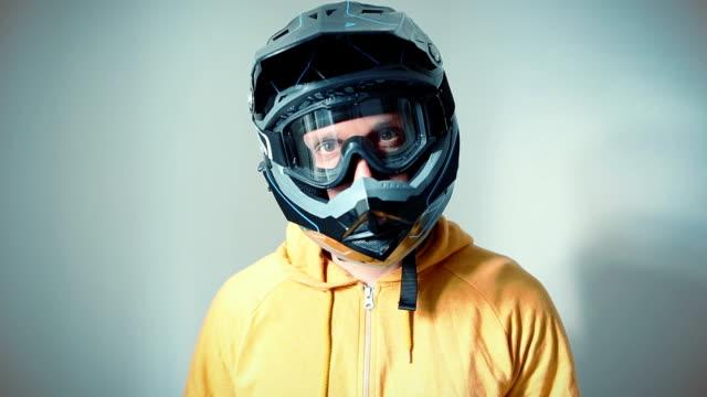 motocross-downhill-fahrer porträt - sportschutzhelm stock-videos und b-roll-filmmaterial