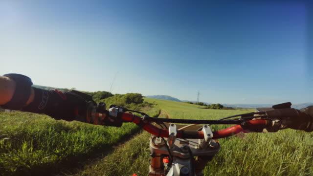 vídeos de stock e filmes b-roll de motocross enduro motorbike riding point of view pov - guiador
