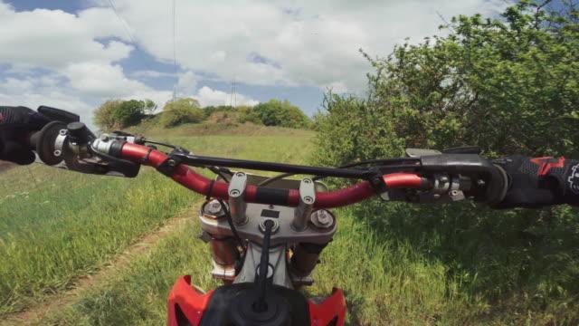vídeos y material grabado en eventos de stock de motocross enduro moto montar a punto de vista pov - manillar