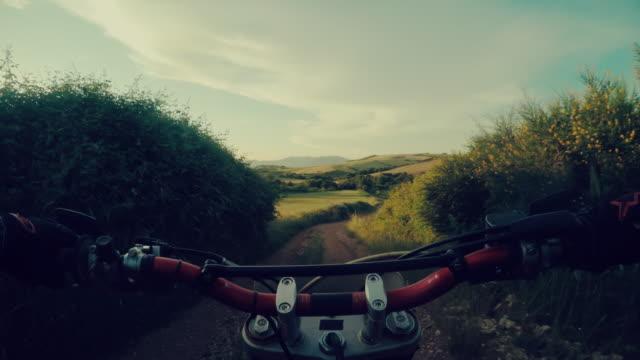 vídeos de stock e filmes b-roll de motard de motocross conduzir ponto de vista perspetiva pessoal - guiador