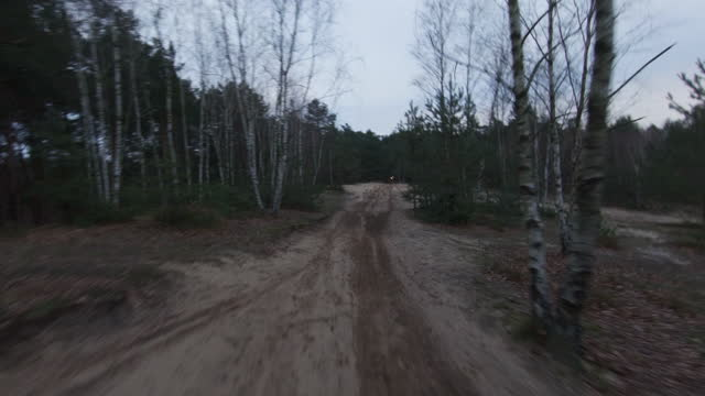 夕暮れ時のモトクロスレース。クロスカントリー地形でスピードを出すドライバー。fpv - レーシングドローンビュー。ドライバー pov - クロスカントリーサイクリング点の映像素材/bロール