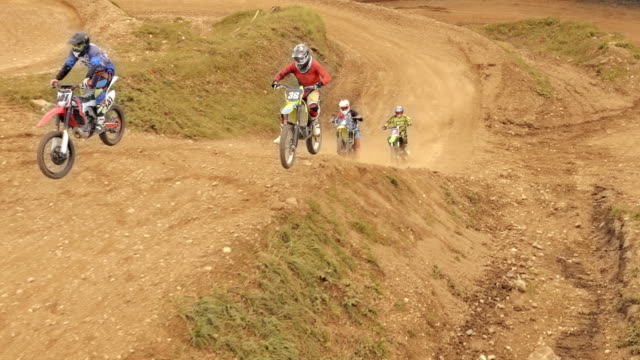 vídeos de stock e filmes b-roll de aerial motocross race in a dirt park - enfeites para a cabeça