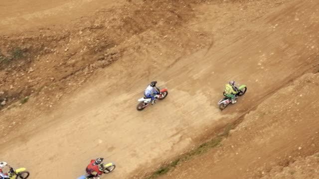 vidéos et rushes de les courses aériennes de motocross font un saut - monter sur un moyen de transport